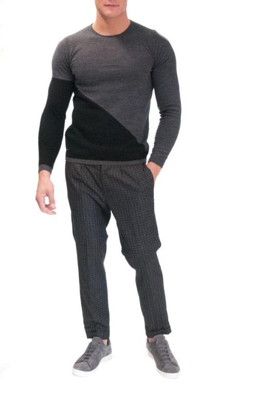 Pantalone quadri Guess abbinato a maglia Besilent grigia